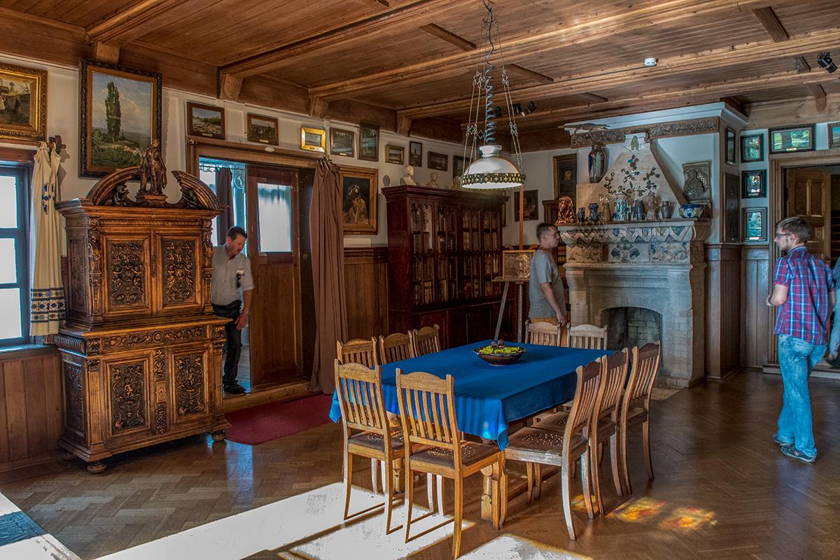 Обстановка семейной Библиотеки усадьбы Поленова уникально живописным камином и неподражаемой мебелью, ряд картин весьма ценны.