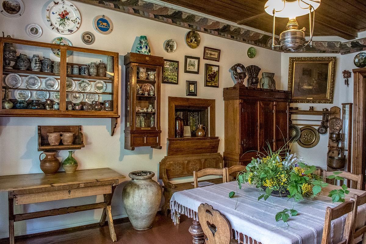 Обеденное помещение, Столовая усадьбы Поленова, представляет лишь одну большую картину и обширную коллекцию керамических произведений.