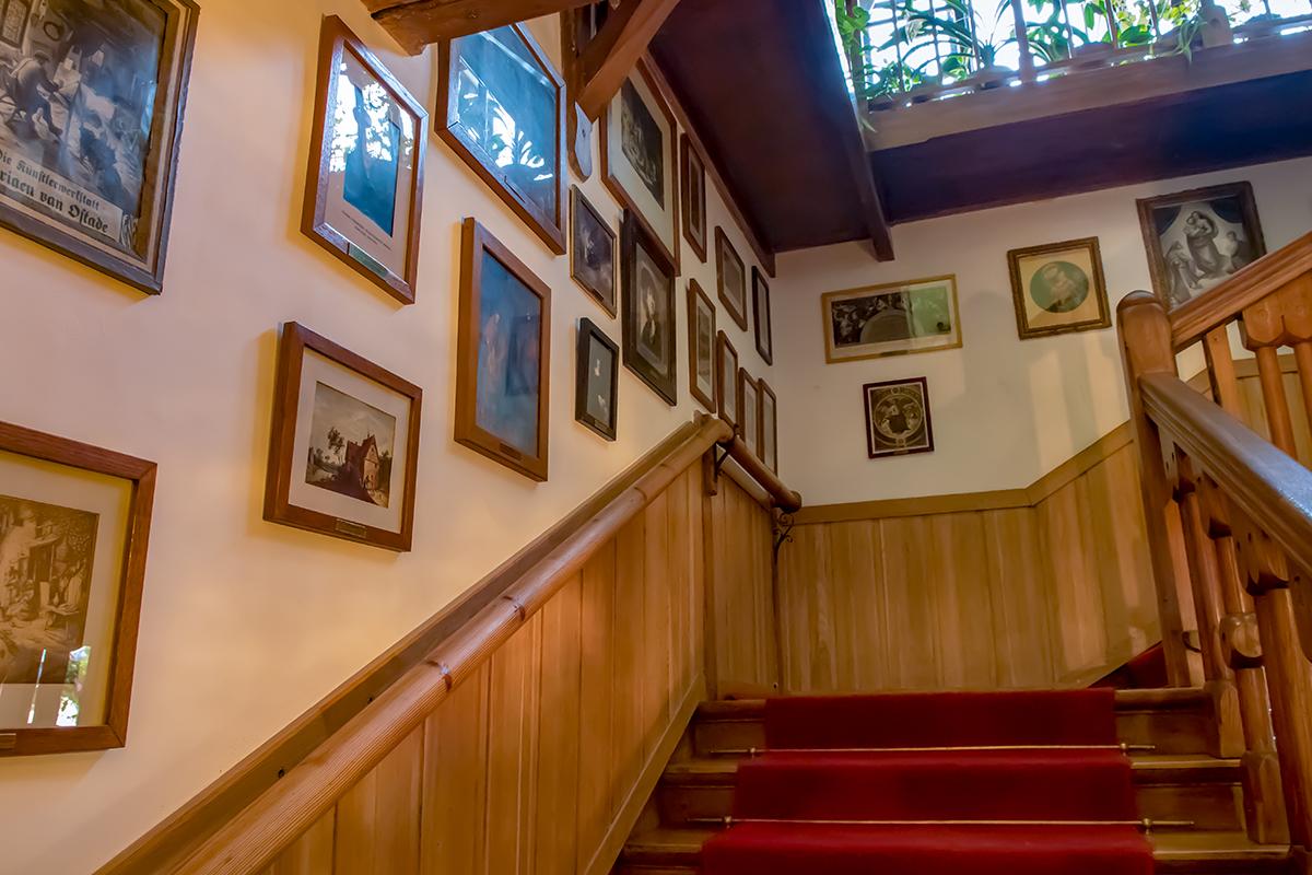 Выстланная красной музейной дорожкой лестница усадьбы Поленова знакомит всех идущих с лучшими шедеврами мирового изобразительного искусства.