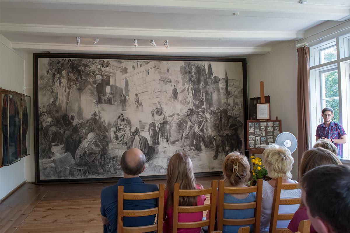 Вся стена помещения Мастерской в усадьбе Поленова полностью занята черновиком одной из лучших его картин, приобретенных императором.