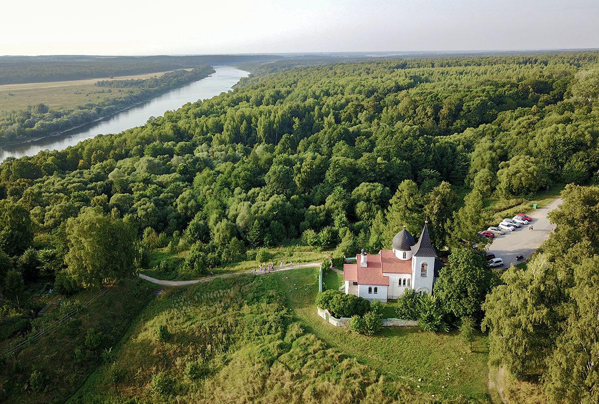Использование летающего фотографа позволило получить широкую панораму живописных окрестностей, лесов и реки Оки вблизи храма в Бехово.