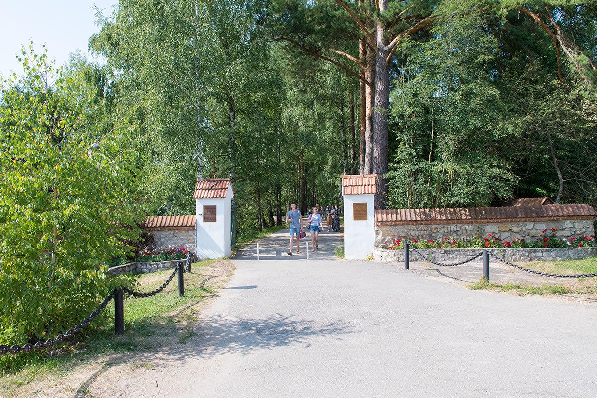 Строгая каменная стена, которой ограждена усадьба Поленова, вовсе не означает режима недоступности, оплачиваются только экскурсии в здания.