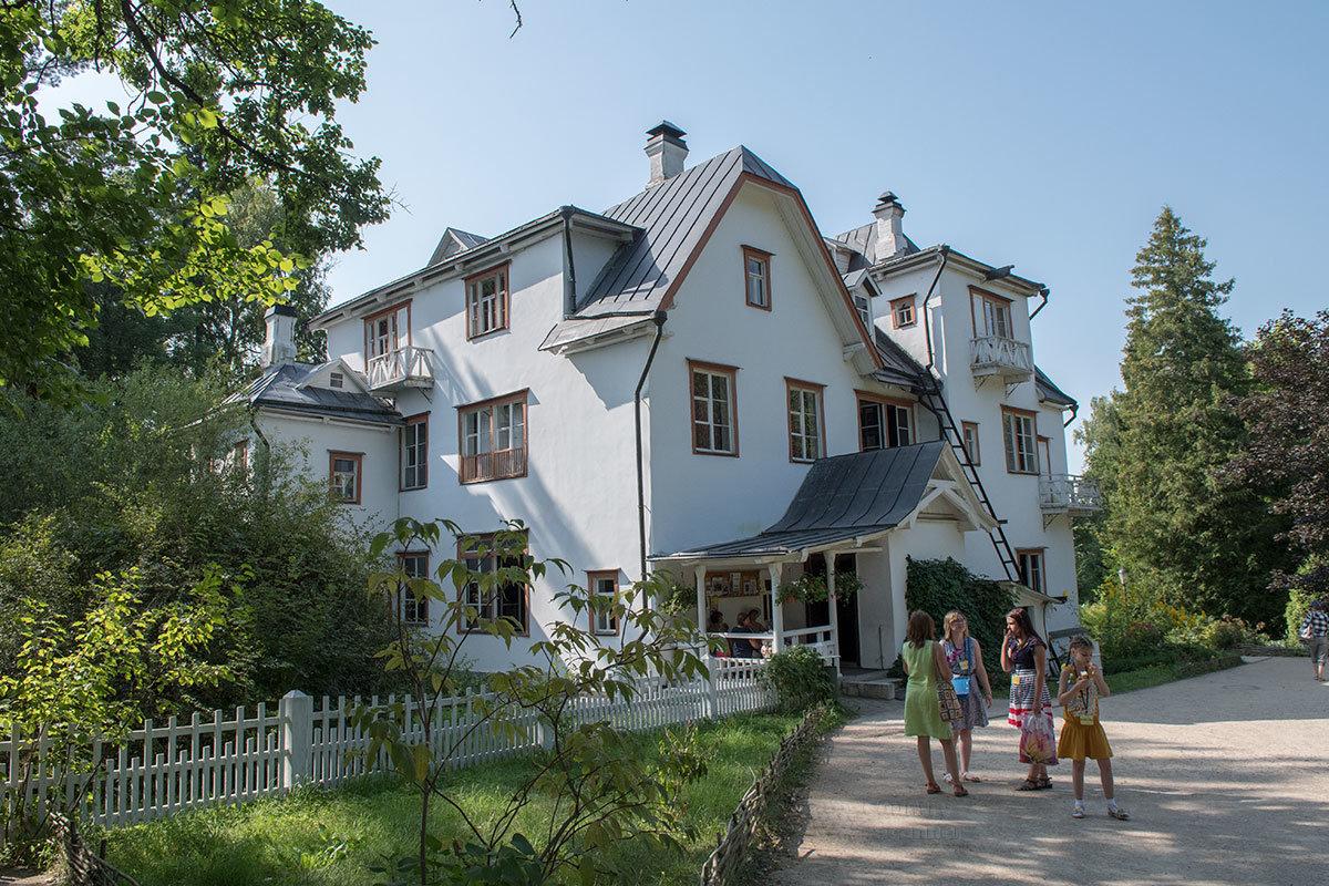 Большой дом, как именовали свой особняк обитатели усадьбы Поленова, имеет очень своеобразные контуры, видные и с воздуха, и на земле.