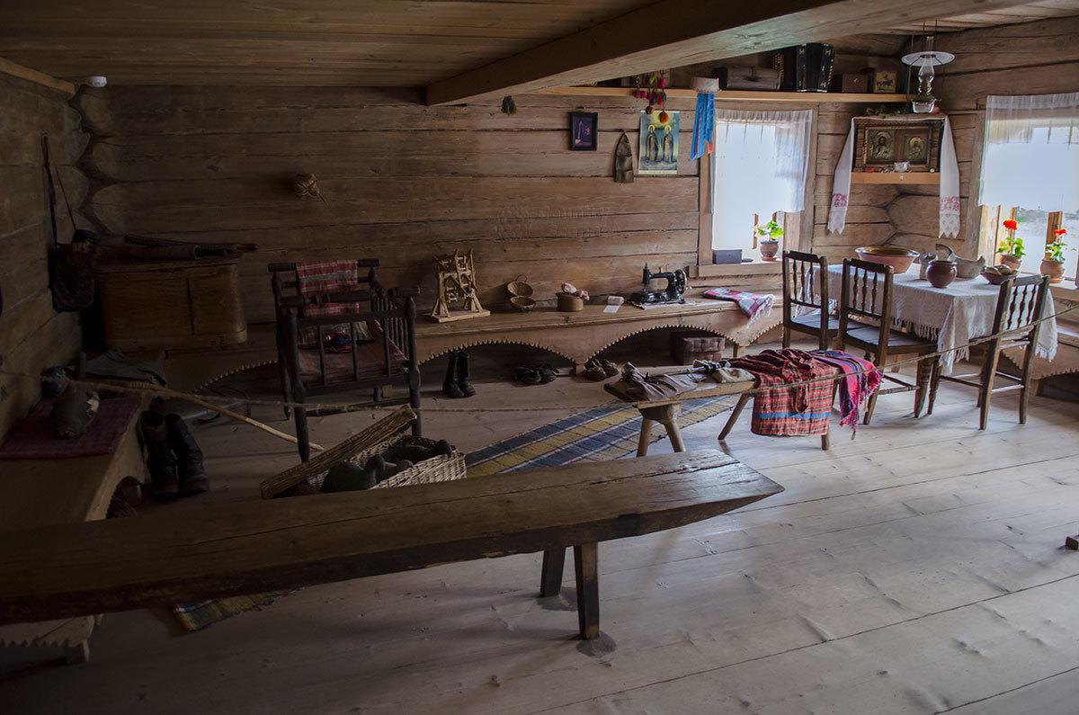Просторная горница избы зажиточного крестьянина в Витославлицах используется для показа обстановки и изделий народного производства.