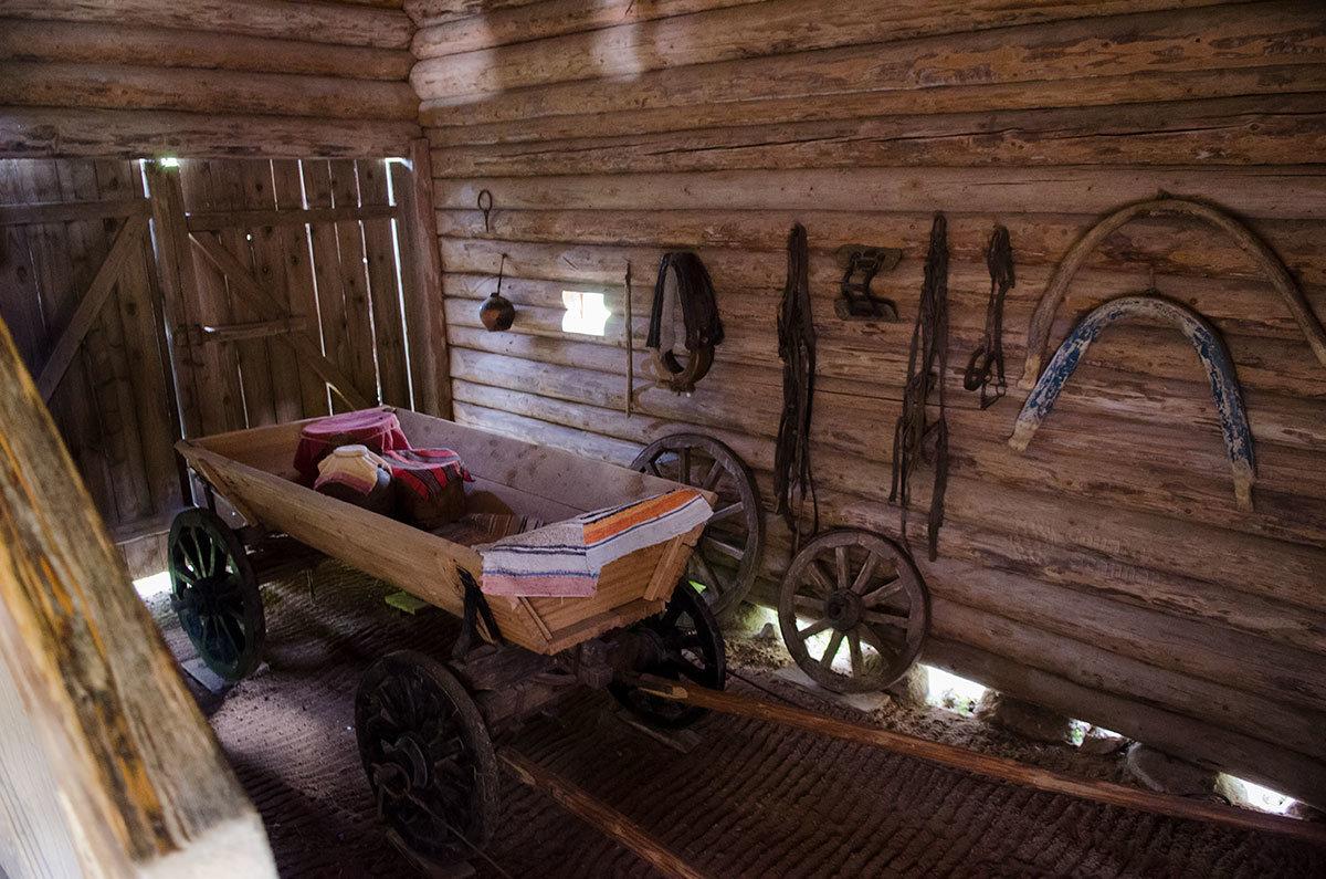 Конная повозка с коробом под продукты, овощи или другие грузы в экспозиции музея Витославлицы.