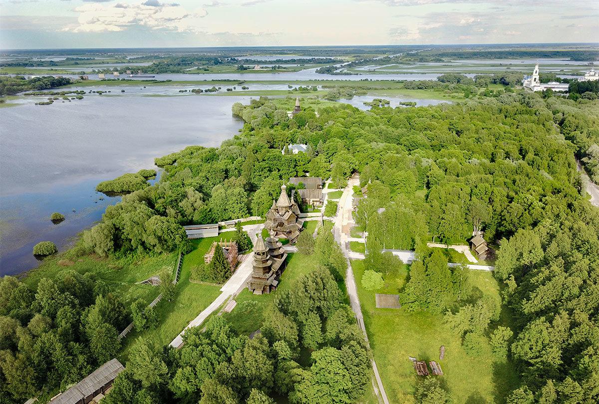 Вид с высоты птичьего полета на окрестности старинного села Витославлицы, где размещен музей деревянного зодчества.