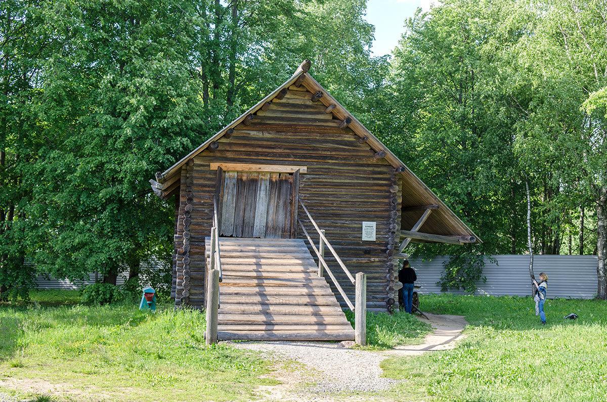 Деревянная конюшня для рабочих лошадей в музее Витославлицы имеет въезд для возов с сеном на верхний ярус.