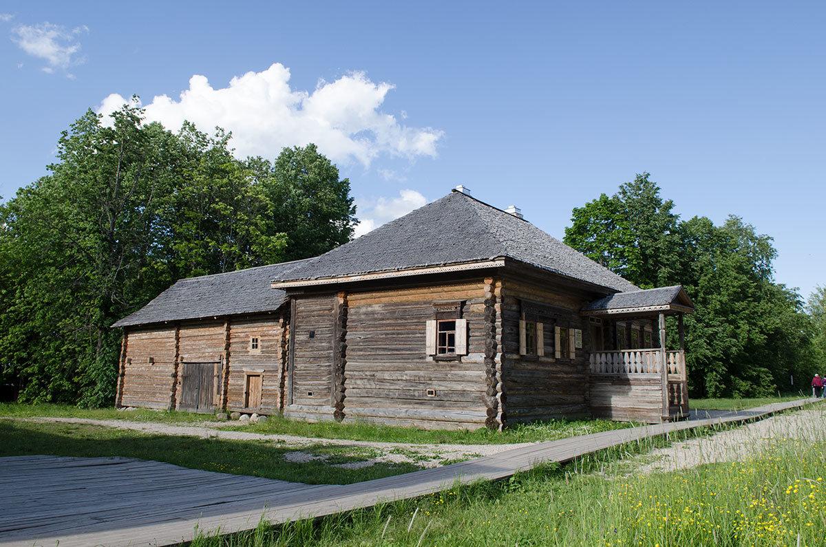 Одна из крестьянских изб из новгородской деревни. Перевезенная в музей Витославлицы как объект сохранения и показа.