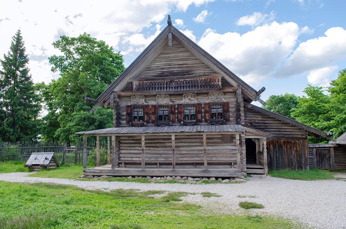 Большая изба зажиточного крестьянина в Витославлицах являет посетителям образцы красочной резьбы по дереву.