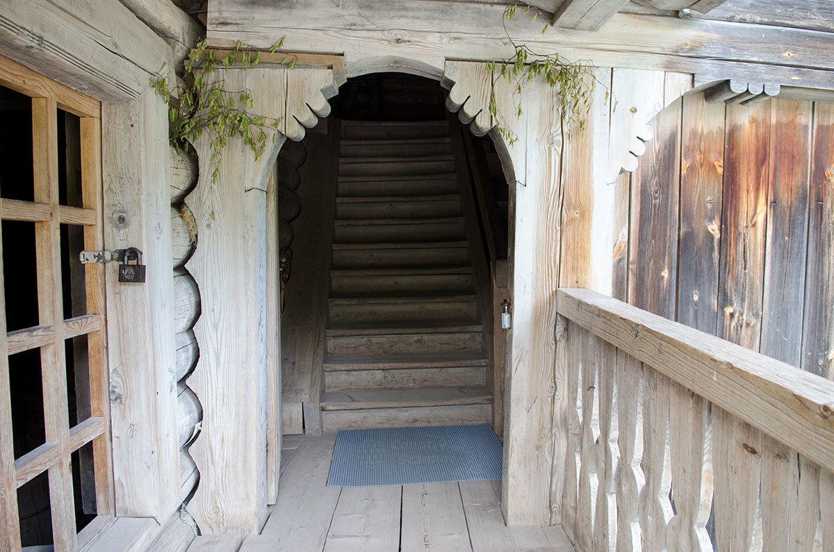 Входная группа крестьянской избы в Витославлицах – налево дверь в подсобные помещения, прямо лестница в жилье.