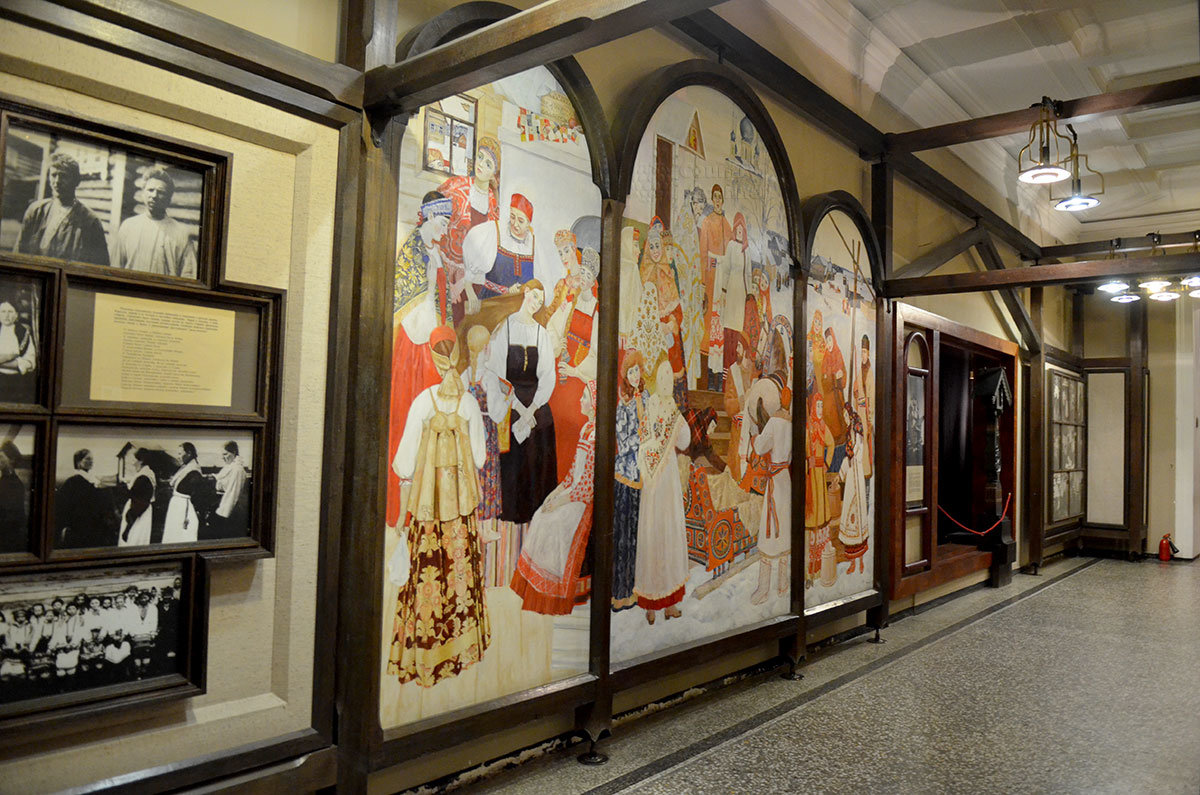 Этнографический музей в Санкт-Петербурге открывается красочным триптихом, изображающим празднование в народных костюмах.