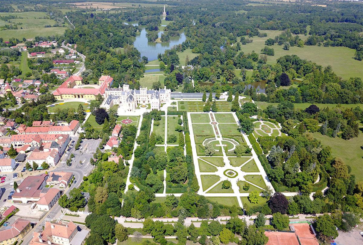 Вид с высоты птичьего полета на чешский замок Леднице и его живописные окрестности.