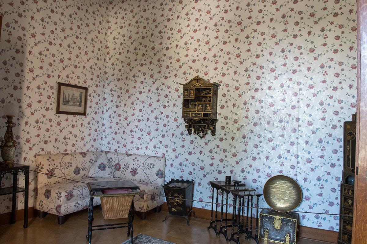 Большой китайский зал замка Леднице привлекает внимание необычной мебелью и совпадением рисунка обоев и обивки дивана.