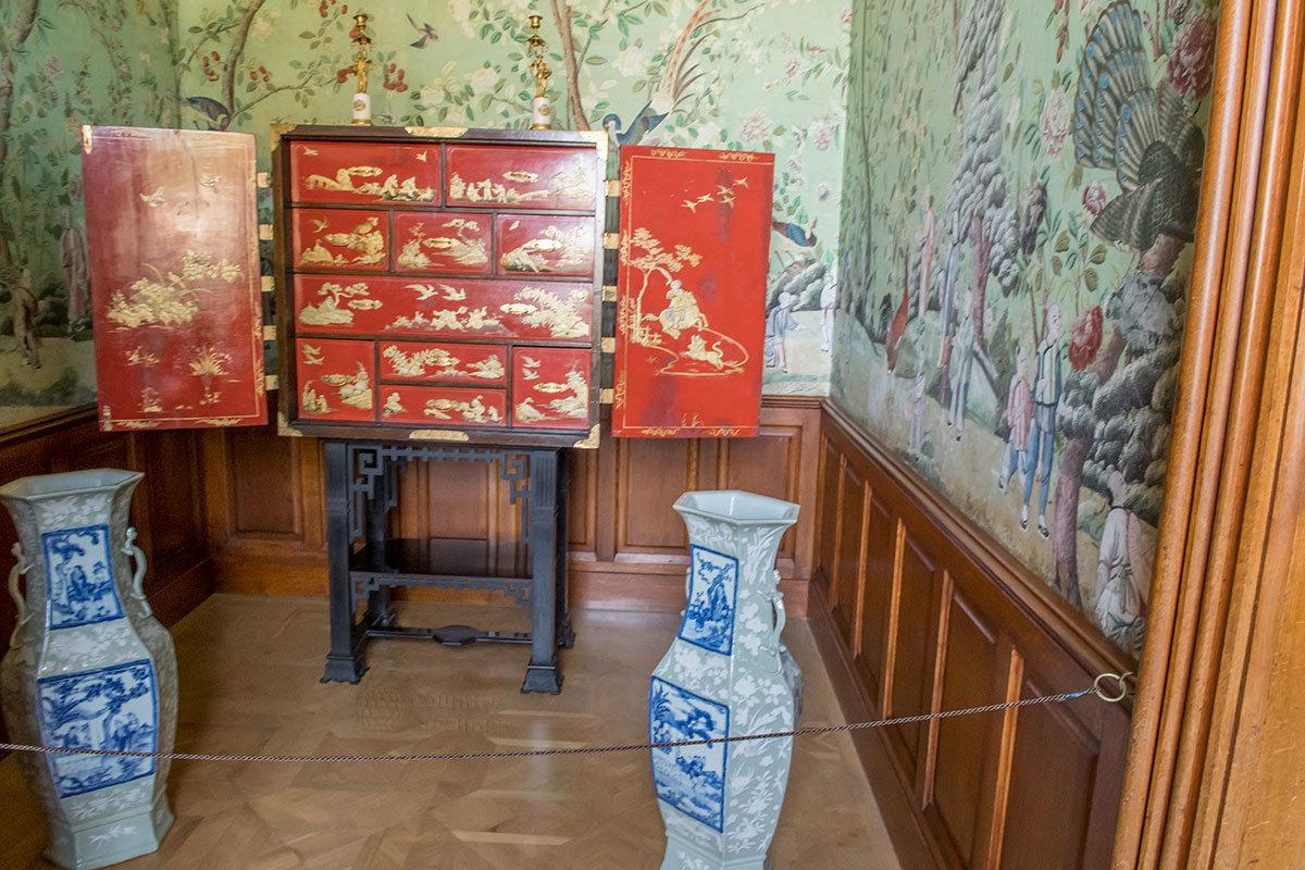 Есть в замке Леднице и небольшой китайский кабинет, где использованы подлинные обои из рисовой бумаги.