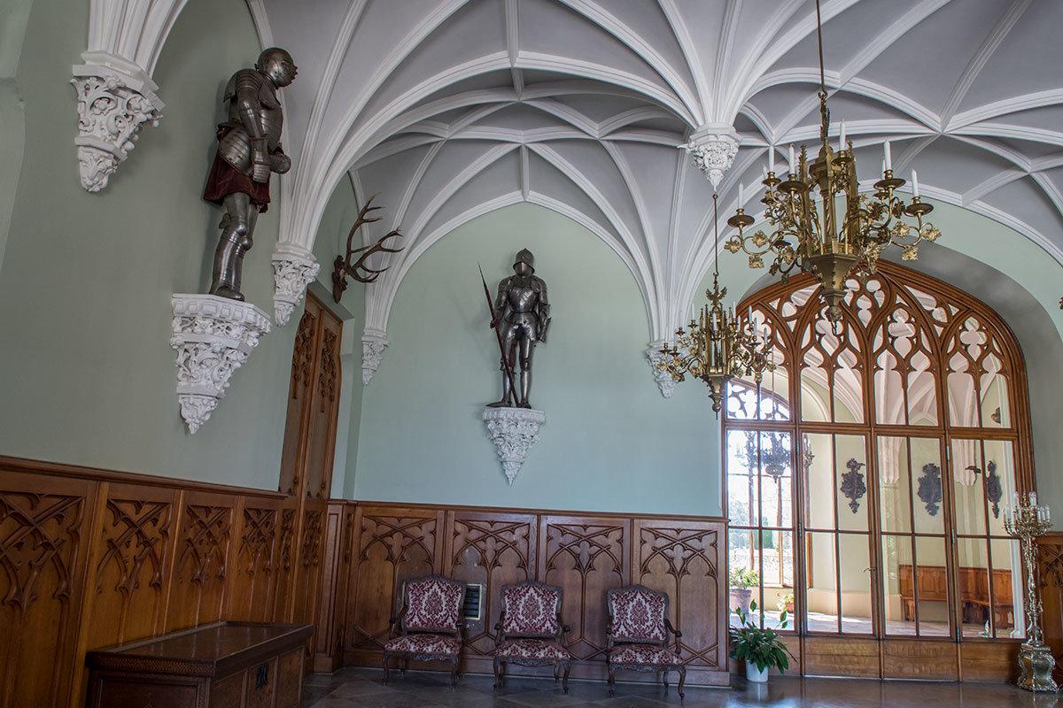Под сводчатыми потолками рыцарского зала замка Леднице можно видеть латунные люстры и доспехи средневековых воинов.
