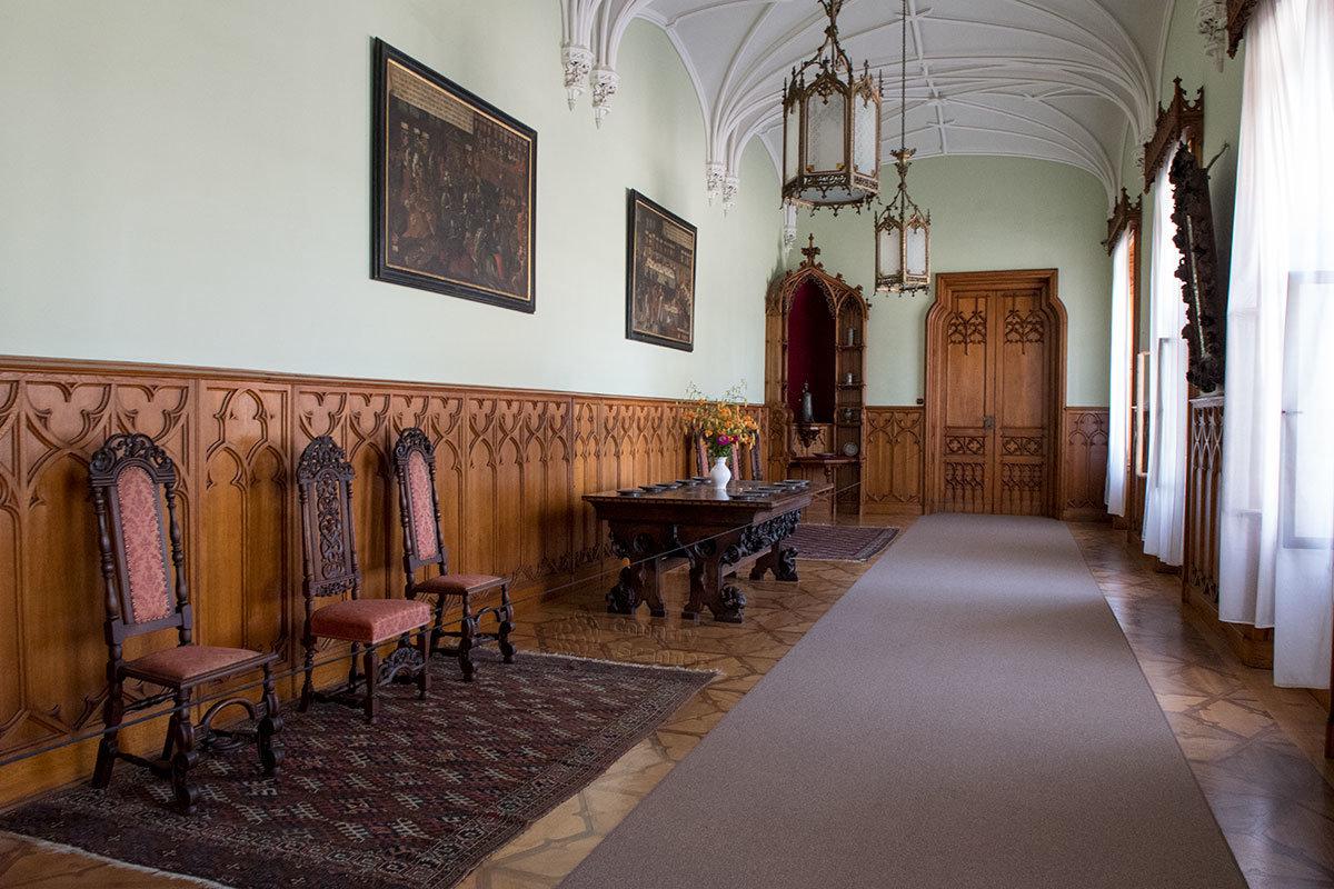 Соединительный коридор между разными группами помещений замкаЛеднице также меблирован и освещен.