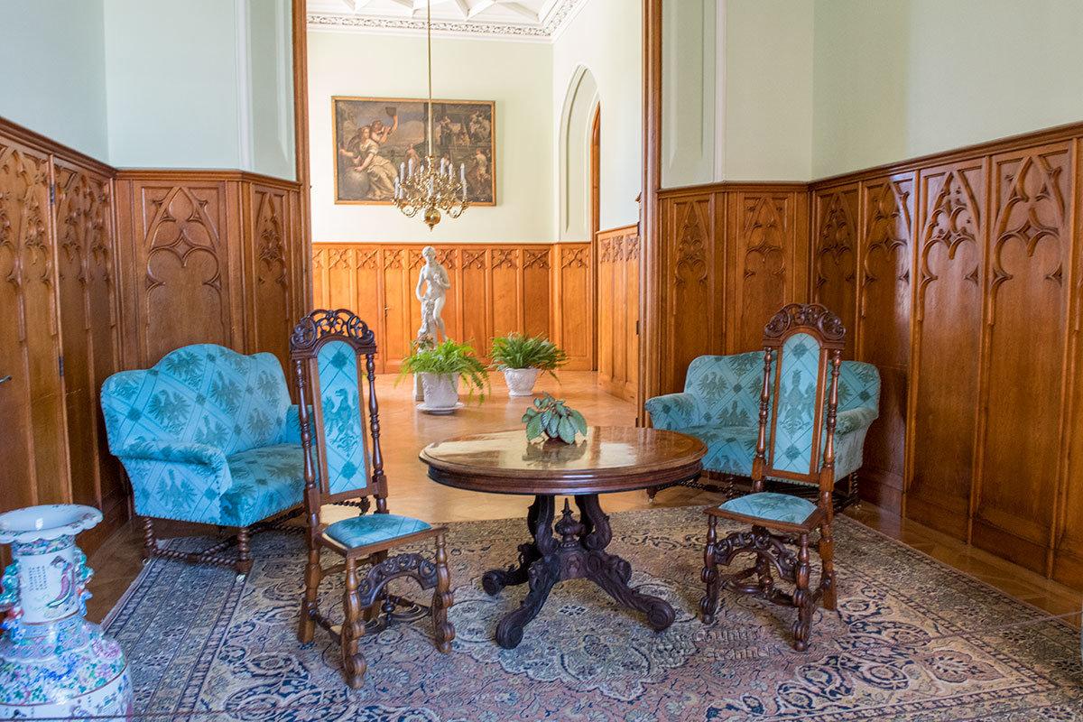 Привлекательная расцветка обивки мебельного гарнитура в проходном помещении замка Леднице предвосхищает обои следующих залов.