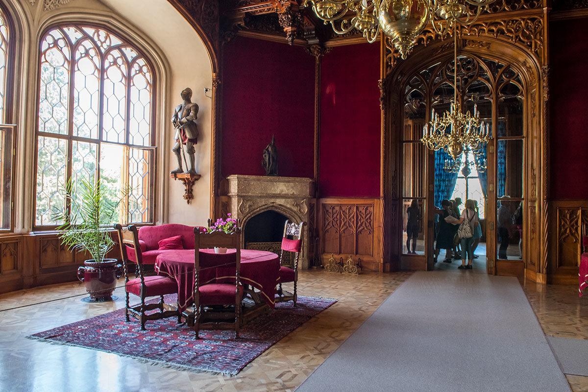 Чисто мужское помещение замка Леднице – красный курительный салон, прибежище любителей карточных игр и табачного дыма.