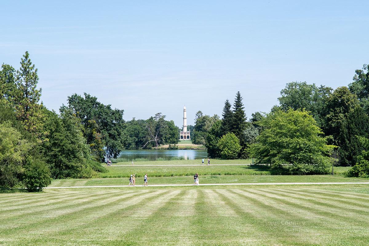 На границе территории поместья замка Леднице построен мусульманский минарет, ставший одной из местных достопримечательностей.