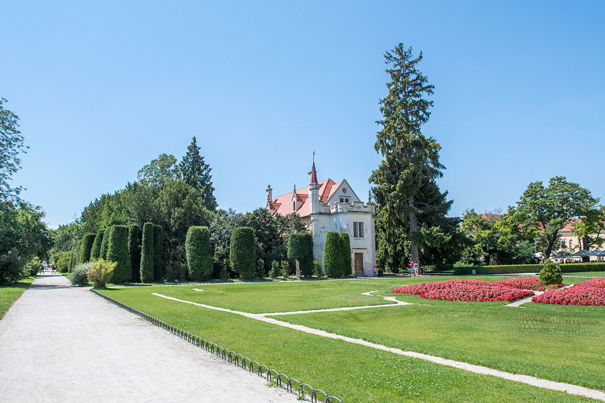 Небольшая католическая церковь на парковой территории выполняла роль храма при замке Леднице.