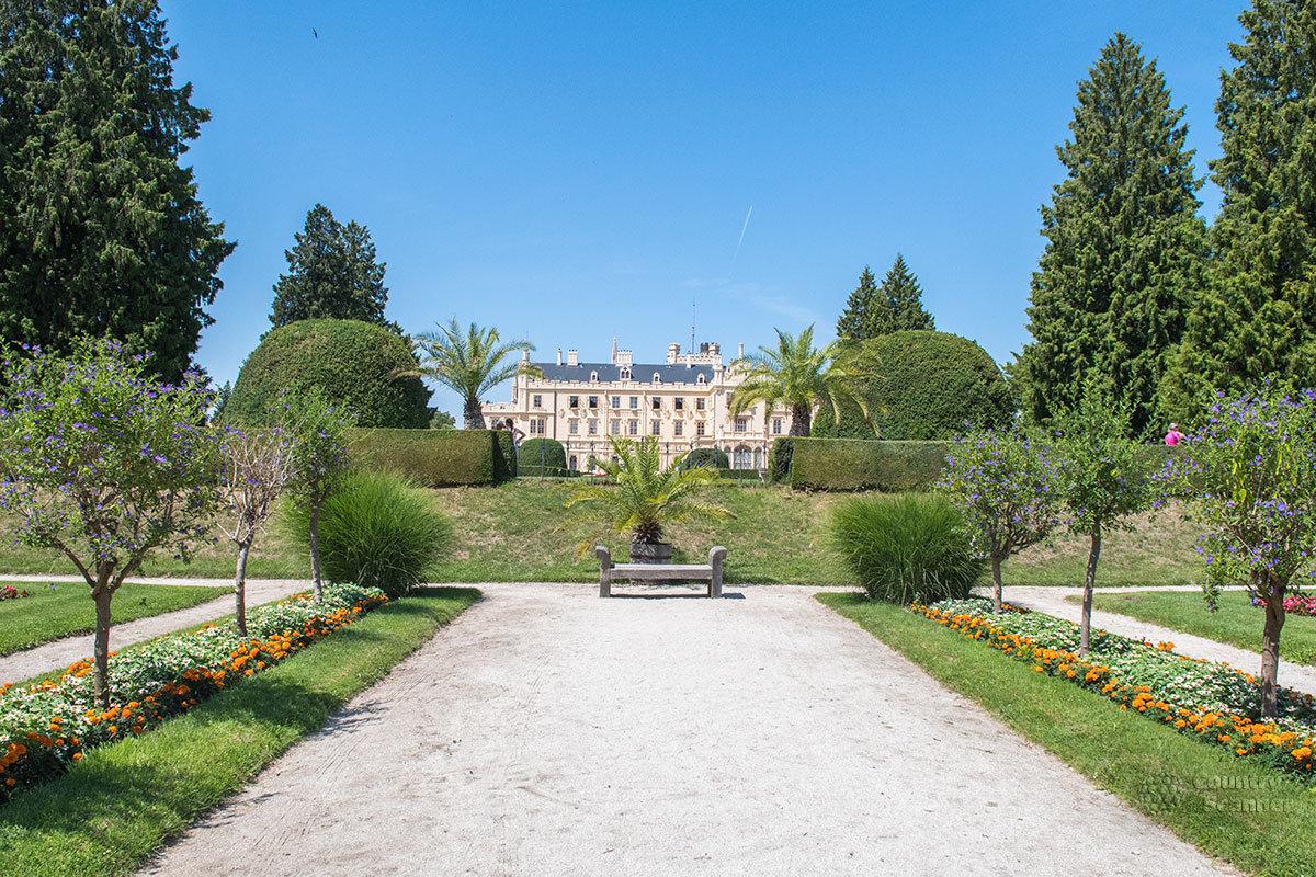 Аккуратные аллеи парка возле замка Леднице ориентированы на главное здание усадьбы, с другими дорожками пересекаются строго под прямым углом.