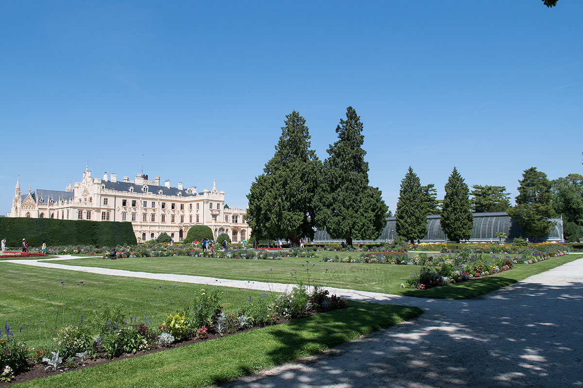 С южной стороны строений замка Леднице расположен регулярный парк во французском стиле.