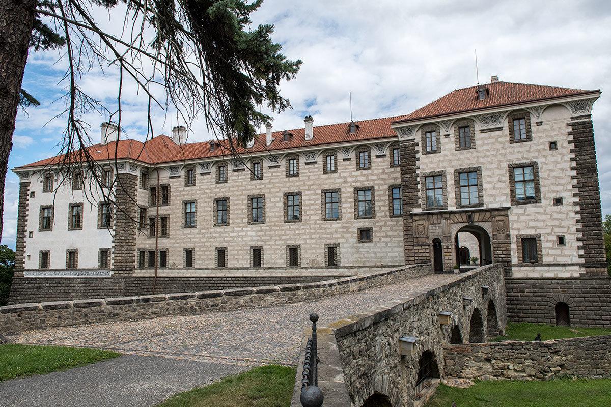 Фронтальный вид на подъездной мост и фасад замка Нелагозевес с его западной стороны.