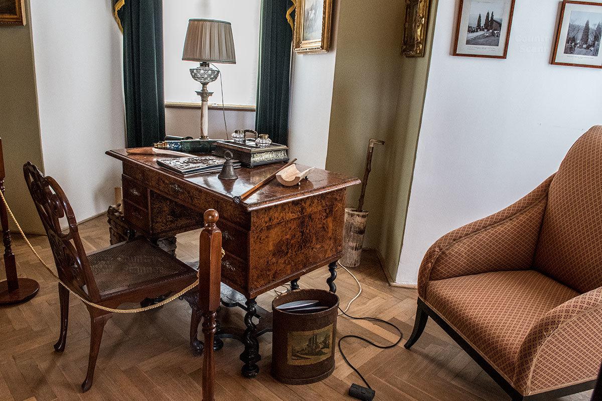 Рабочий стол князя в библиотеке замка Нелогозевес