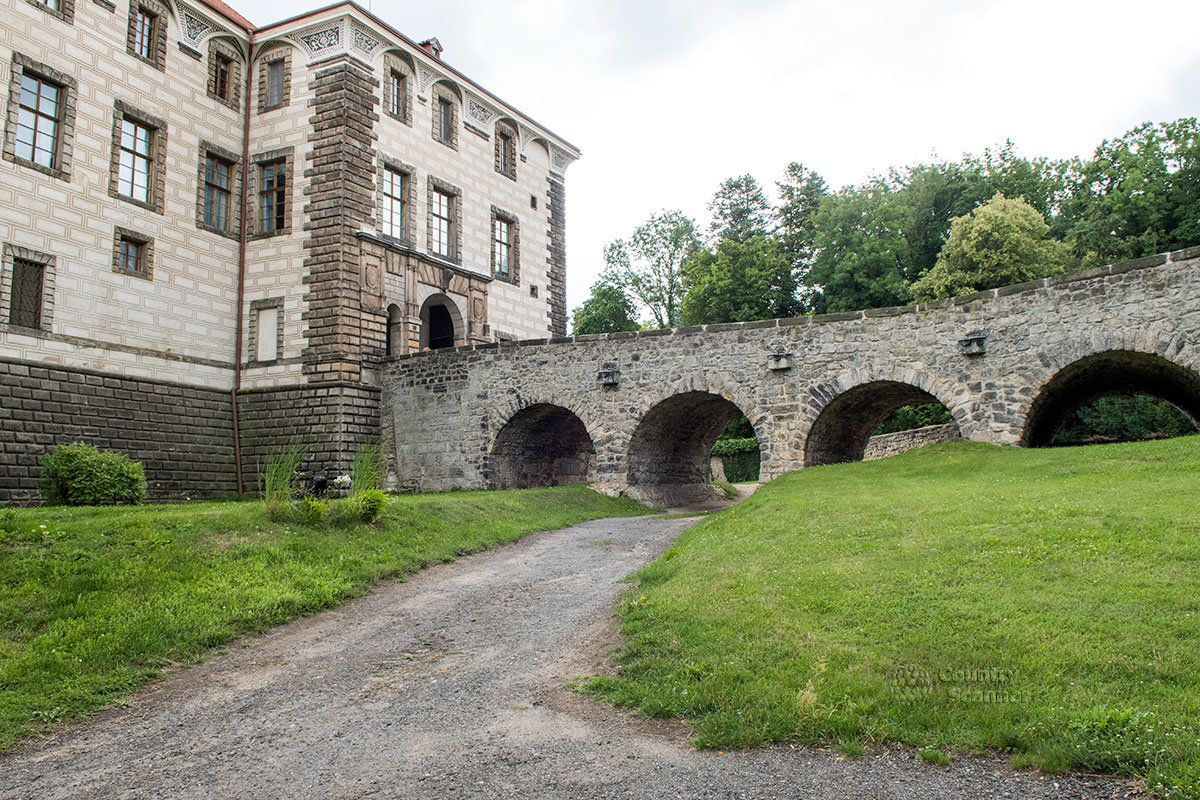 Фасад здания замка Нелагозевес с выступающим ризалитом и ведущий к нему мост, под которым располагался засыпанный за ненадобностью оборонительный ров.