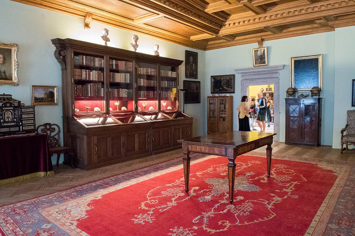 Помещение библиотеки замка Нелагозевес, содержащей развлекательную часть книжной коллекции князей Лобковиц.