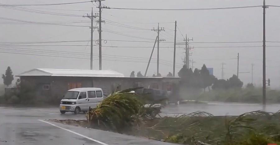 Тайфун Талим стал причиной отмены 573 авиарейсов