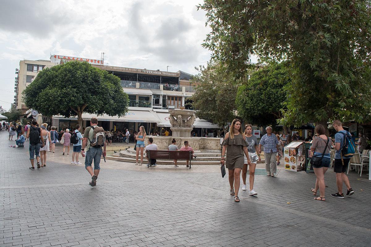 Площадь имени известного греческого деятеля Венизелоса, более известная как площадь Львов, обязана вторым названием фонтану Морозини.