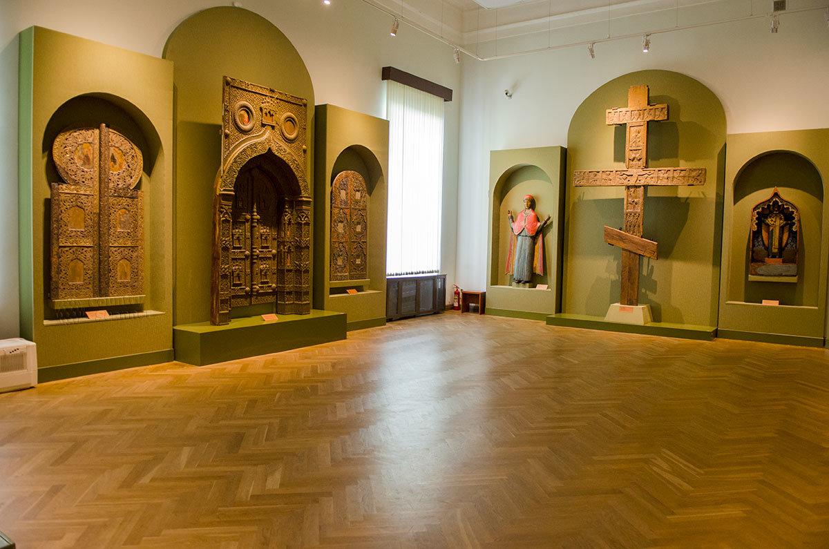 Деревянные статуи в Новгородском музее