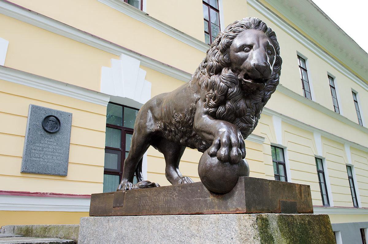 Новгородский музей расположен в губернской канцелярии, или Присутственных местах, украшенных львами из усадьбы графа Аракчеева.