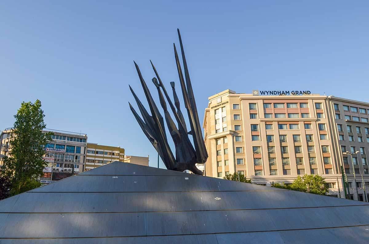 Афинский памятник Икару выполнен в модернистской манере, изображает он момент падения героя в морскую пучину.