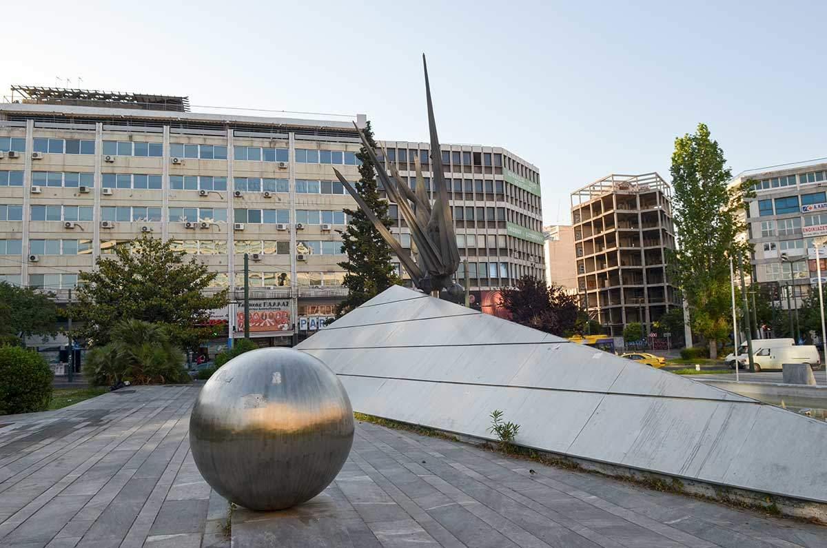 Неправильная пирамида символизирует морские волны, гигантский шар – символ Солнца в композиции памятника Икару в Афинах.