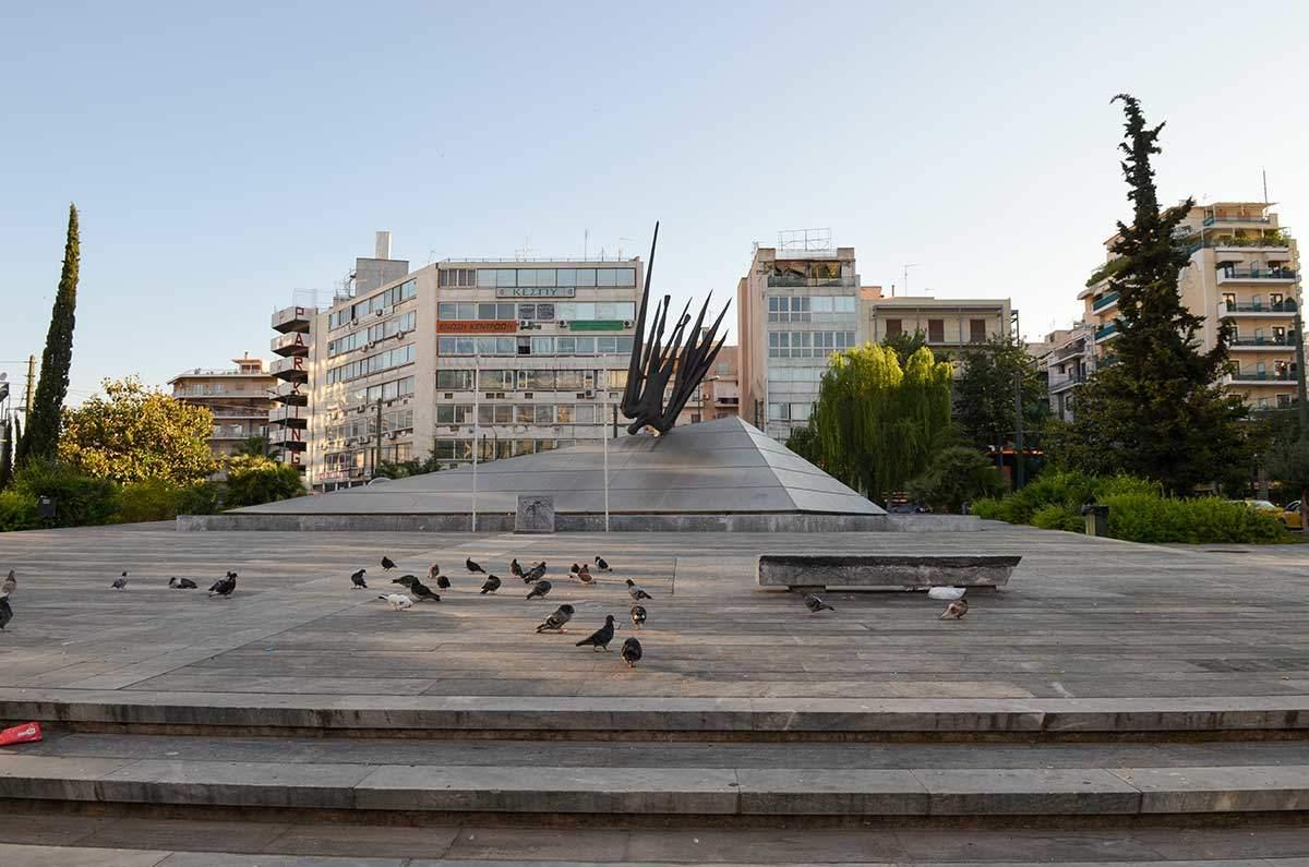 Афинские голуби, поощряемые угощениями туристов, охотно посещают памятник Икару.