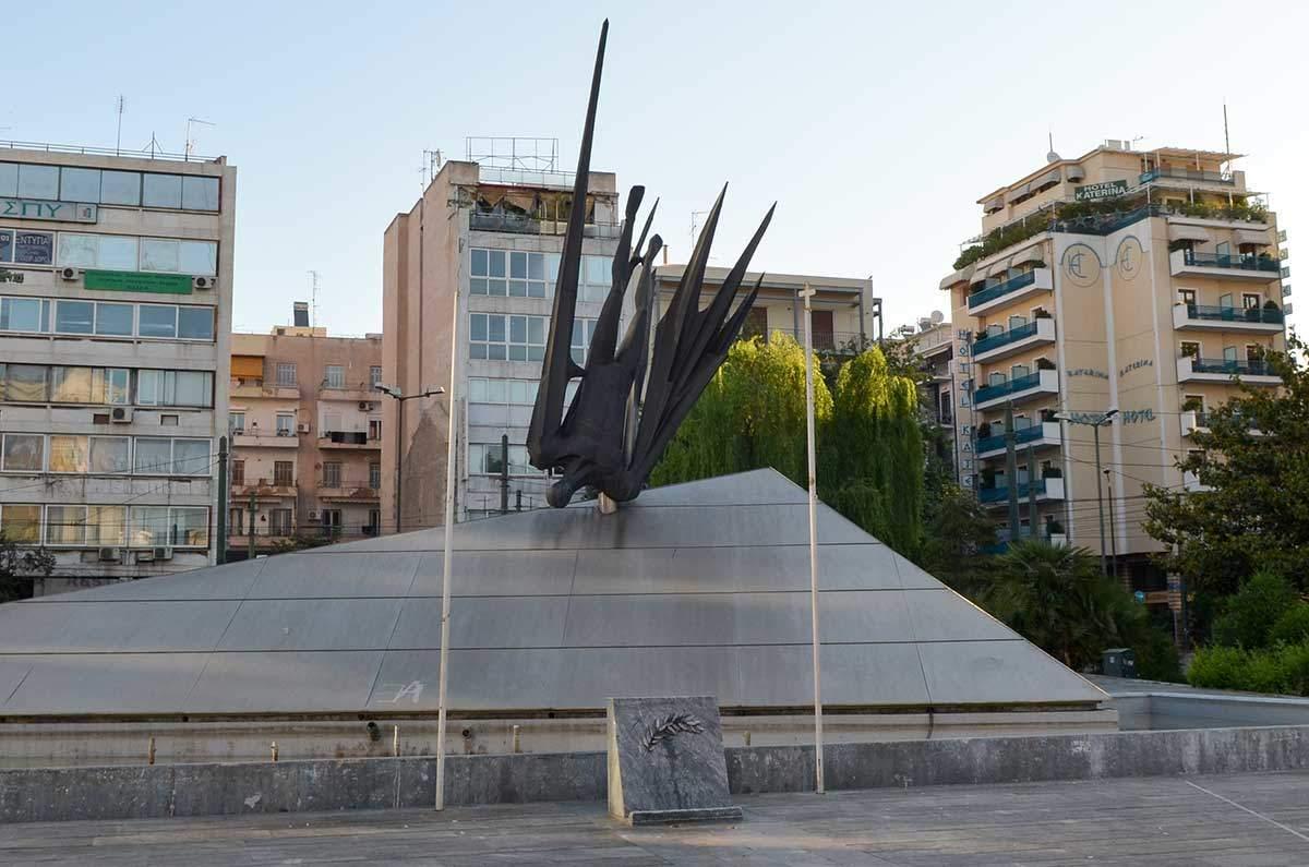 Памятник Икару в Афинах оборудован флагштоками для поднятия знамен на каких-то церемониях.