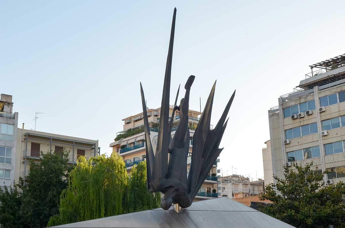 По сравнению с другими изображениями мифического сюжета памятник Икару в Афинах уделяет все внимание заглавному герою.