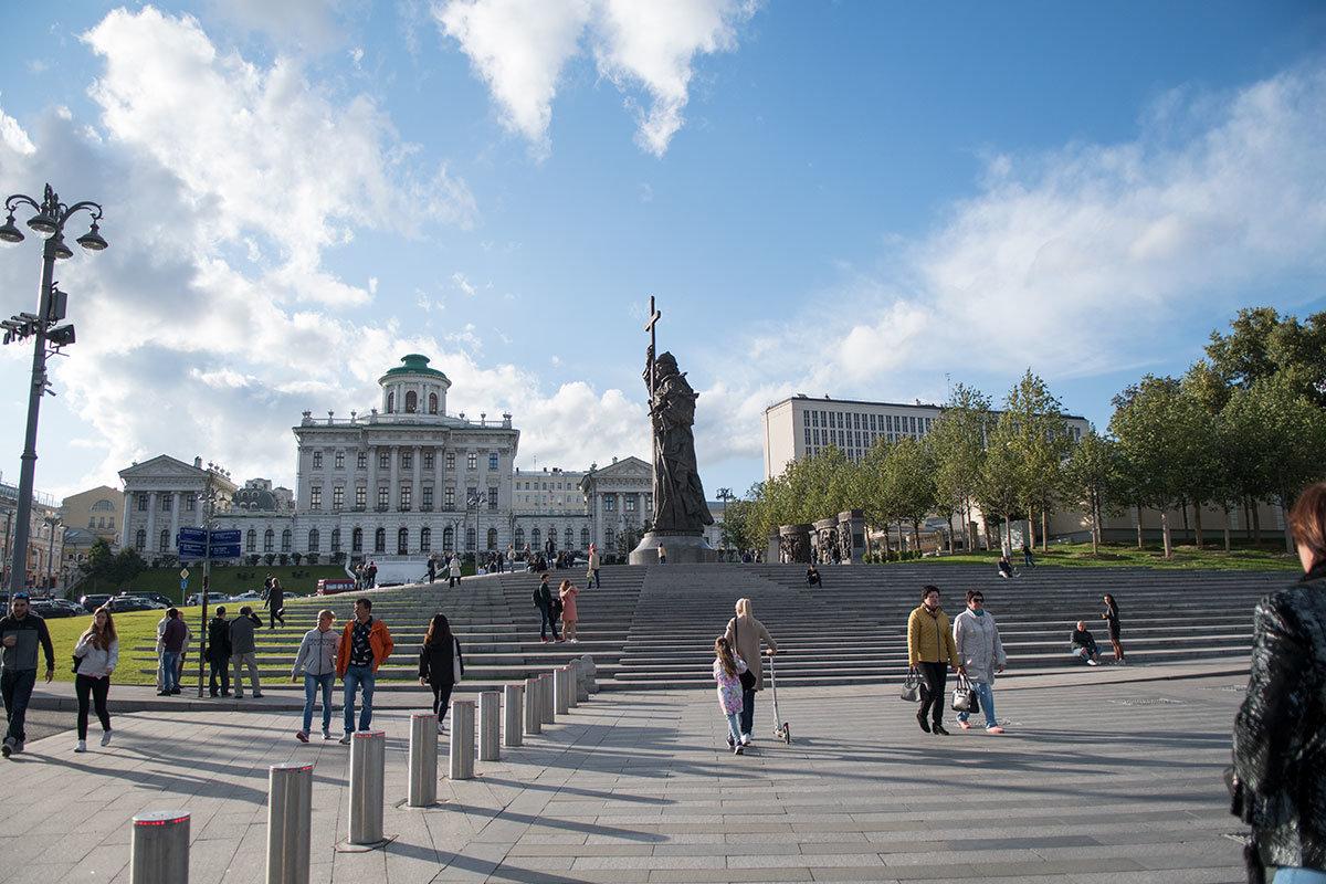 Монументальный памятник князю Владимиру расположен на Боровицкой площади, вблизи одного из библиотечных зданий (дом Пашкова).