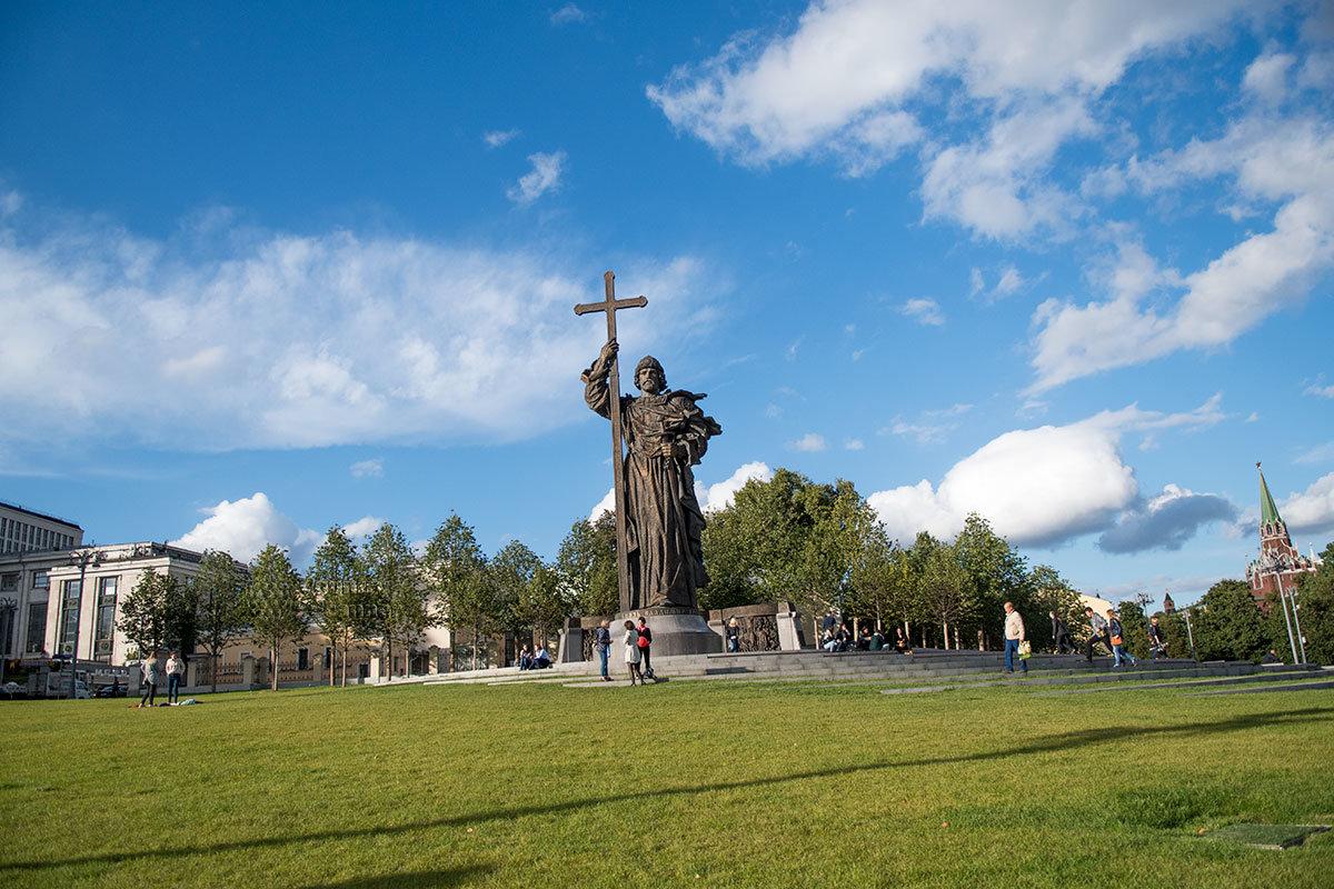 Памятник князю Владимиру не только украсил Боровицкую площадь, но и увеличил посещаемость москвичами и туристами.