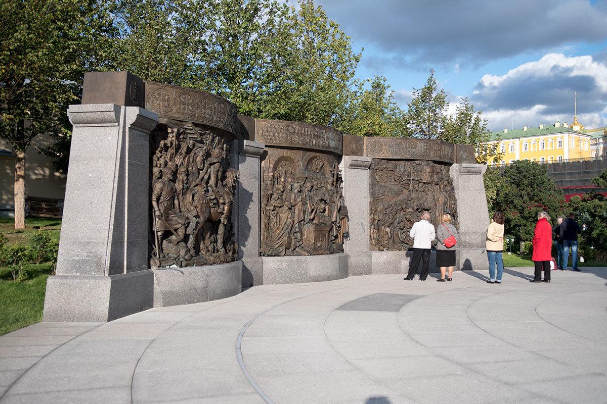 Дополняют памятник князю Владимиру три бронзовых барельефа, иллюстрирующие его биографию и события истории Руси.