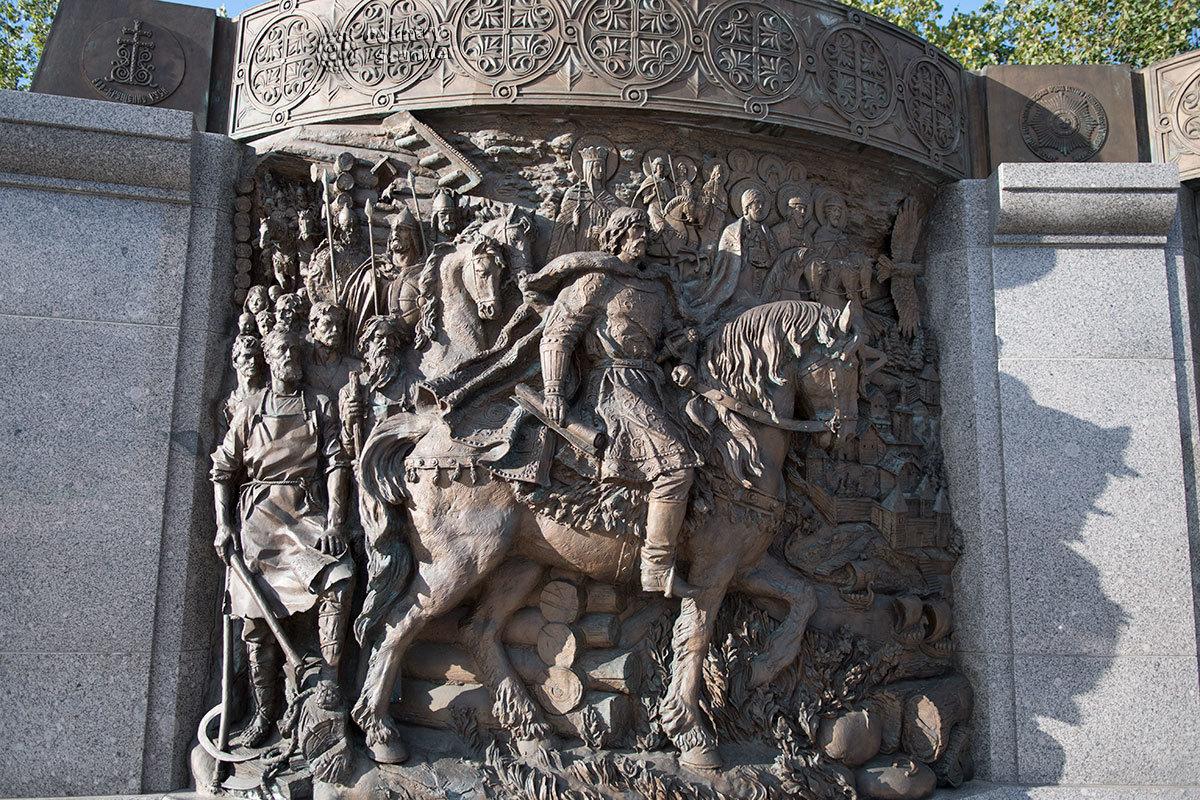 Пройдя памятник князю Владимиру, первым посетители видят финальный барельеф триптиха – о его деяниях и последователях.