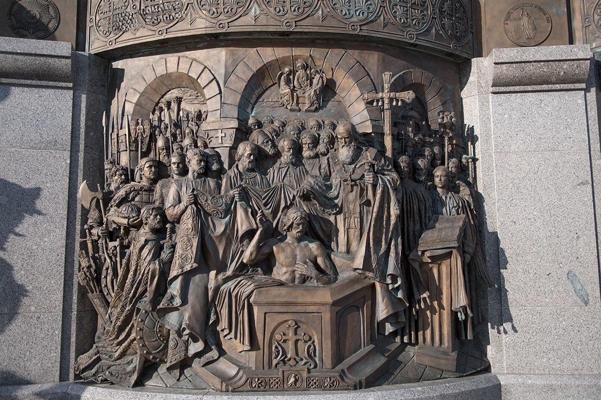 Центральный из трех барельефов, расположенных за памятником князю Владимиру, посвящен крещению его персонажа в Херсонесе.