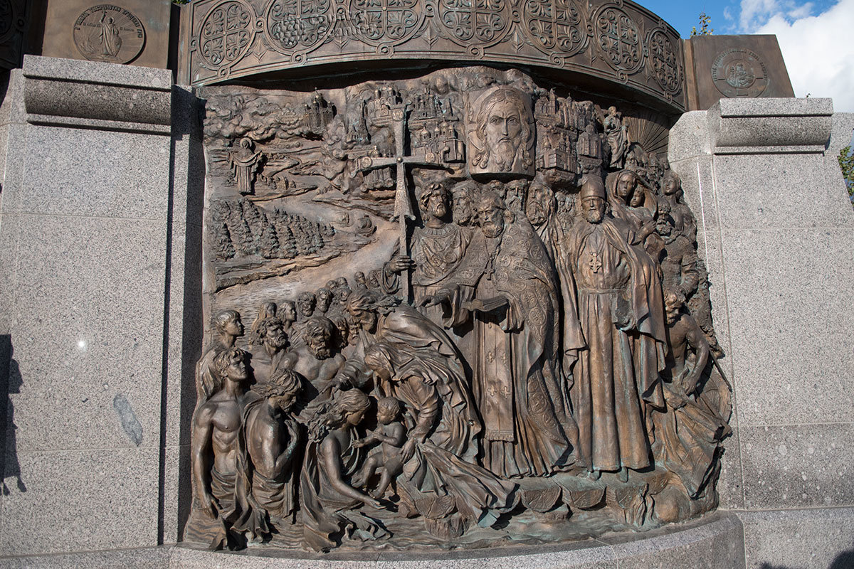 Крещение киевлян в водах Днепра изображается на правом из трех барельефов, размещенных позади памятника князю Владимиру.