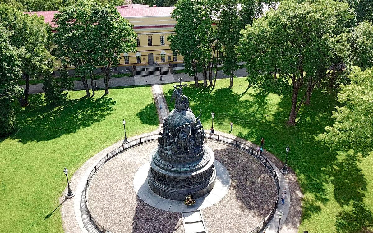 На виде сверху Памятник тысячелетию России действительно напоминает большой колокол или Шапку Мономаха.
