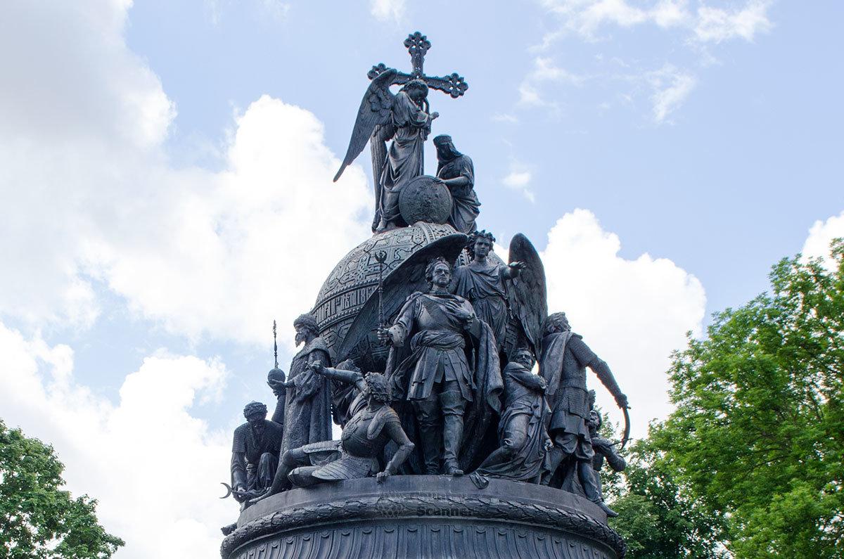 Ангел – символ церкви, благословляющий женщину (Россию) венчает Памятник тысячелетию России.