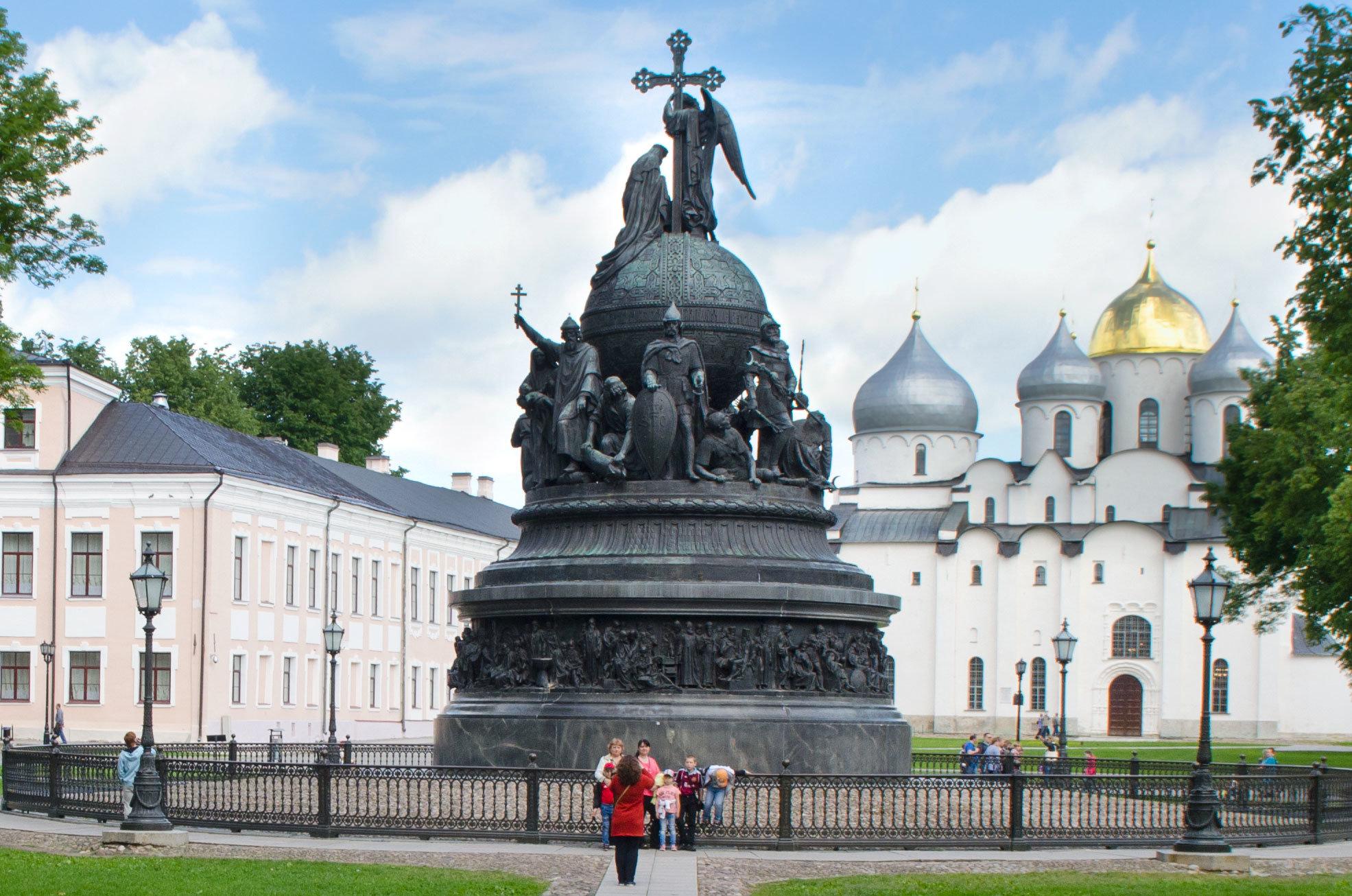 Даже на фоне величественного Софийского собора Памятник тысячелетию России выглядит весьма впечатляюще.