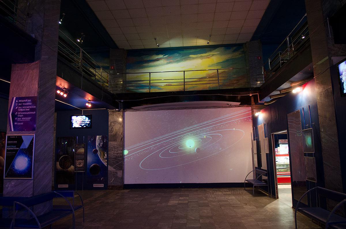 Просторным фойе с большим экраном и множеством информационных материалов на стенах встречает посетителей планетарий в Санкт-Петербурге.
