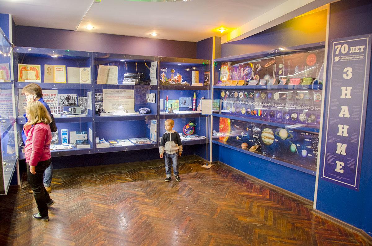 В одном из небольших помещений планетарий в Санкт-Петербурге представляет экспозицию об истории просветительского общества Знание.